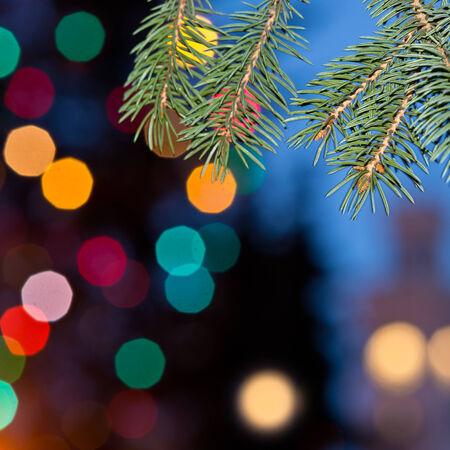 un fondo de Navidad fuera de foco con luces de colores