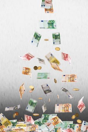 m�nzenwerfen: falling euro money on the gray background