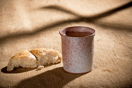 chalice and bread on the textile tablecloth Stockfoto
