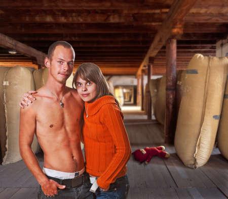 jeune fille adolescente nue: portrait des adolescents dans l'ancienne usine Banque d'images