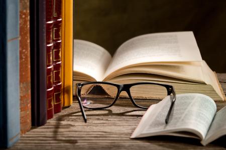 gafas de lectura: gafas de lectura con bokks sobre la mesa Foto de archivo