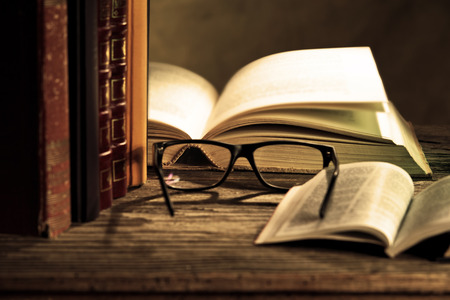 libros antiguos: gafas de lectura con bokks sobre la mesa Foto de archivo