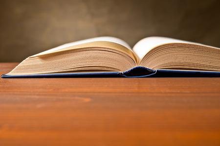 libro abierto: un libro abierto sobre la tablle marr�n Foto de archivo