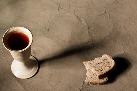Kelch Wein mit Brot auf dem Tisch Standard-Bild - 36995711