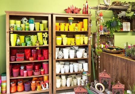 새로운 꽃병 냄비와 플로리스트 가게의 인테리어