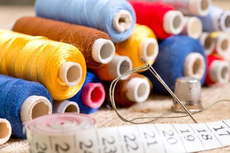 coser: kit de costura con cinta métrica en el taller Foto de archivo