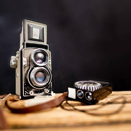 reflex: vecchio twinlens macchina fotografica reflex con esposimetro sullo sfondo nero Archivio Fotografico