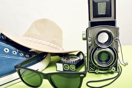 reflex: twinlens Reflex con sneaker e occhiali da sole Archivio Fotografico