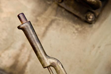 palanca: vieja palanca de segunda mano con un fondo de metal Foto de archivo
