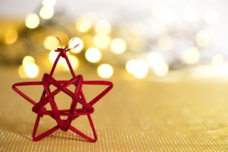 estrellas de navidad: Estrella de Navidad rojo en el fondo fuera de foco