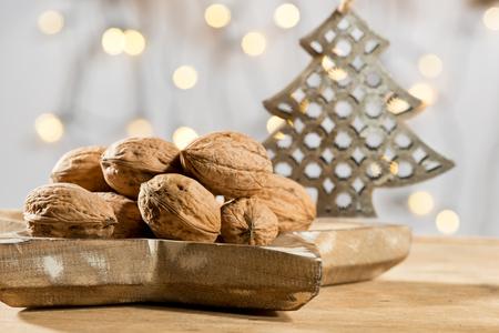 albero da frutto: Noci con l'albero di Natale sul tavolo di legno Archivio Fotografico