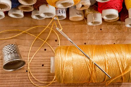 kit de costura: kit de costura en el viejo escritorio de madera Foto de archivo
