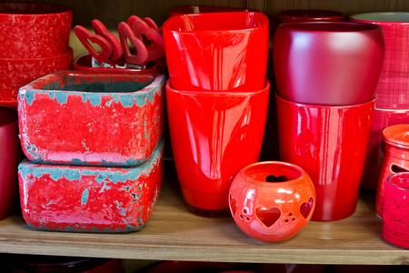 ollas de barro: ollas de barro rojo en la tienda de florister�a