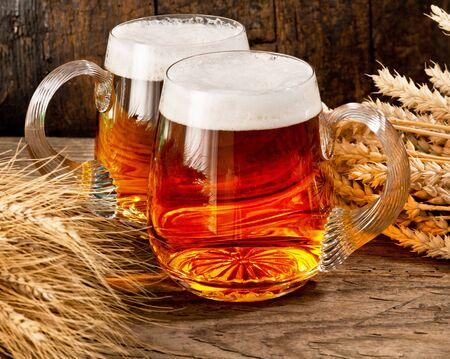 vasos de cerveza: sigue la vida de dos vasos de cerveza con el trigo y la cebada Foto de archivo