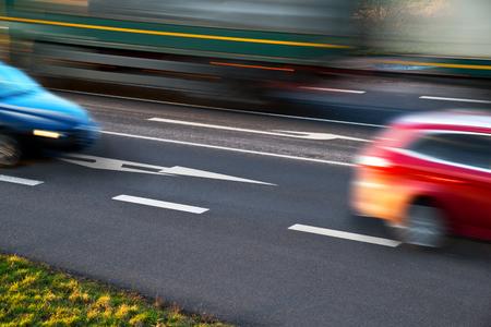 cruce de caminos: detalle de los coches por exceso de velocidad en un cruce