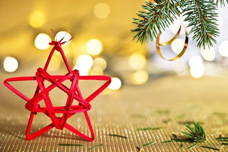 golde: Red Christmas star with needles of Christmas tree