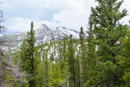 montañas rocosas en la primavera en Coloredo