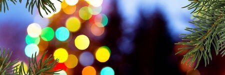 serpentinas: un fondo fuera de foco de Navidad con luces de colores