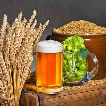 materia prima: Vaso de cerveza con materia prima para la producci�n de cerveza