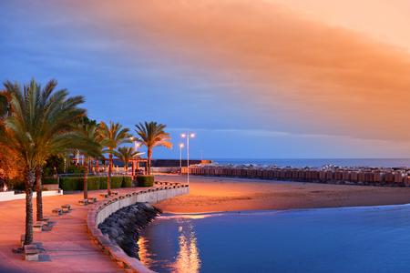 Zonsondergang op Calheta-Strand in Madera, Portugal Stockfoto