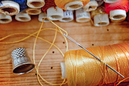 kit de costura: kit de costura en el escritorio de madera vieja Foto de archivo