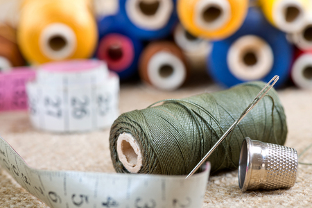 kit de costura: sewing kit with tape measure in the workroom