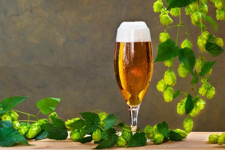 Vaso de cerveza con lúpulo