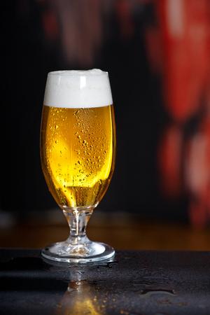 Vaso de cerveza en el fondo oscuro Foto de archivo