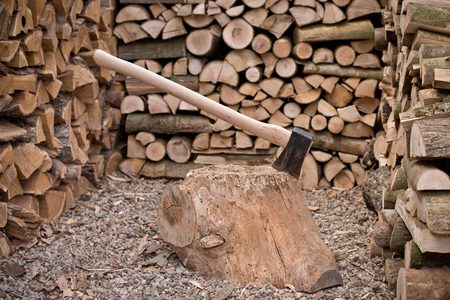 A old axe with fire wood Imagens