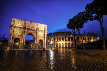constantino: Colosseum and Constantine Arch at Night with the light trails in the nearby road.