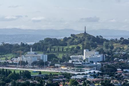 ニュージーランドでマウント ウェリントンからオークランドのシティー ビュー。距離の 1 本の木の丘の眺め。