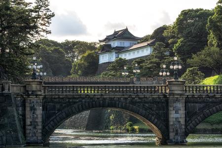 도쿄 황실 궁전 seimonishi 다리와 함께 일몰 시간 동안보기. 도쿄, 일본