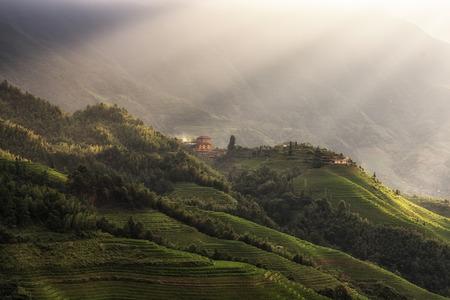 龍脊棚田、中国の楽園からみた数 1 音楽から見た天塔 Zhai 村。フィールド上の日光