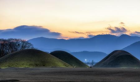 韓国・慶州の新羅王王マウンドのナエムル。日没時に撮影