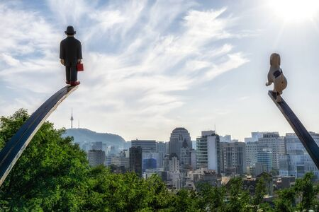statue of man and a dog over looking seoul city in naksan park. Reklamní fotografie