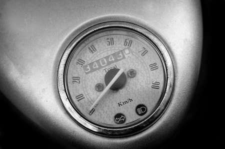 exceeding: Retro moto speedomeeter