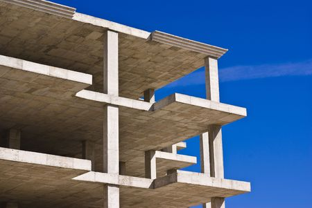unfinished building: edificio incompiuto contro il cielo blu