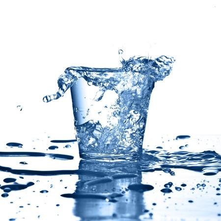 d�bord�: splash eau sur verre sur fond blanc