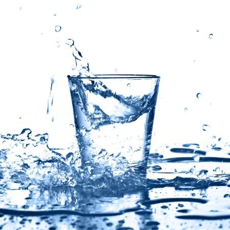water splash op glas op witte achtergrond