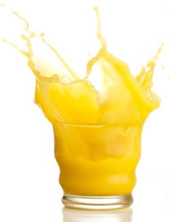 jus orange glazen: jus d'orange splash op een witte achtergrond