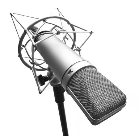 microfono radio: micr�fono de condensador aislado en un fondo blanco