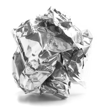 foglio bianco: palla di carta di alluminio isolato su uno sfondo bianco