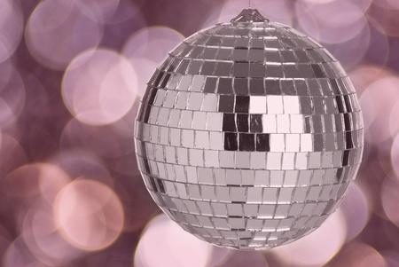 mirror ball: bola de discoteca espejo sobre un fondo claro
