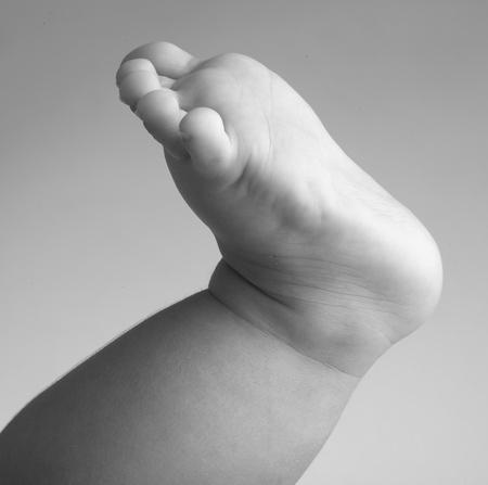 pie bebe: pie, la imagen en blanco y negro, la extrema portarretrato para beb�s Foto de archivo
