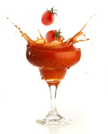 coctel de frutas: bienvenida de tomate aislado en un fondo blanco Foto de archivo