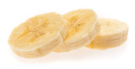 platano maduro: rebanadas de banana aislados en un fondo blanco