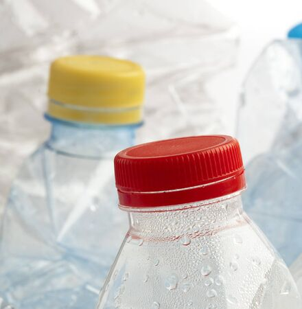 plastic flessen stack te recycleren op witte achtergrond Stockfoto