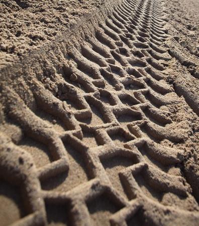 Sandy soil: marca de camiones en la arena closeup Foto de archivo