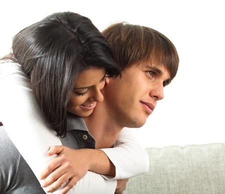 pareja durmiendo: par huging en el sofá en el fondo blanco Foto de archivo