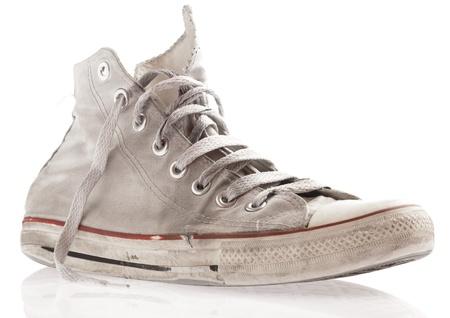 pieds sales: Dirty sneakers isol�s sur un fond blanc